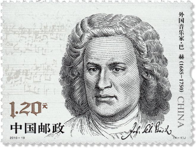 Man sieht im Bild eine chinesische Briefmarke. In der rechten Hälfte ist Johann Sebastian Bach abgebildet. Sie ist schwarzweiß, nur eine Zahl ist gold. Über die Briefmarke sind rechts außen und am unteren Rand chinesische Schriftzeichen verteilt, aber es