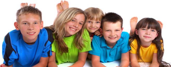 Fünf Kinder liegen auf dem Boden und sehen zur Kamera. Links ist der älteste Bub, daneben das älteste Mädchen. In der Mitte schaut ein sehr junges Mädchen hinter den vorderen vier Kids hervor. Rechts sind noch ein Junge und ein Mädchen.